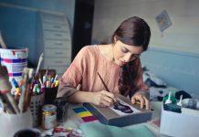 Kvinde maler kunst