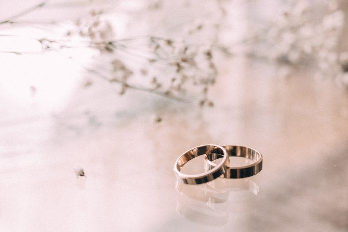 Hjemmelavede smykker ligger på glas