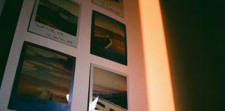 Billeder hænger på væg i hjem
