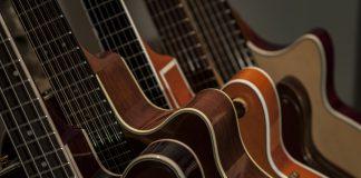 Akustiske guitare står på stativ i hjem