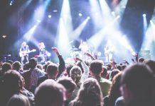 Live koncert med massere af hvidt lys
