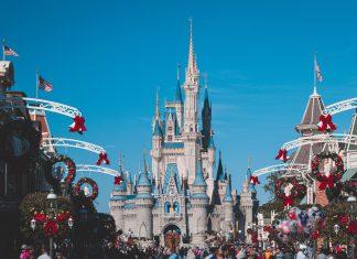 Disney lands slot med blå himmel i baggrunden